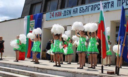 Участие на мажоретните състави на училището в празнично шествие и концерт, посветени на 24 май